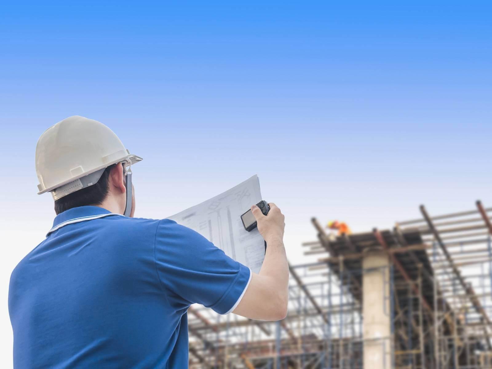 Engenheiro inspeciona trabalho em canteiro de obras